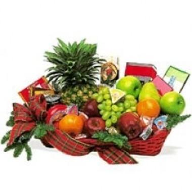 Cesta de frutas, chocolates y galletas