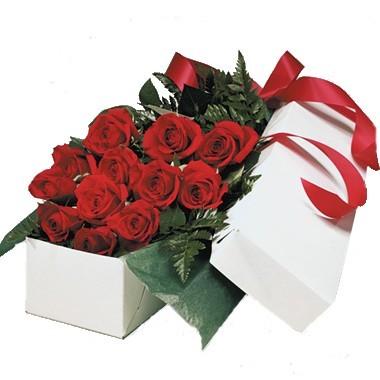 Caja con doce rosas. Disponible sólo en Ciudad de México