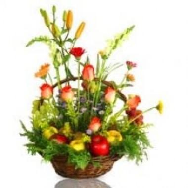 Cesta de manzanas adornada con flores