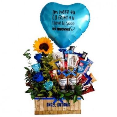 Cesta de snacks y flores en azúl