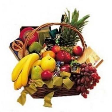 Cesta de frutas , galletas, chocolates y vino