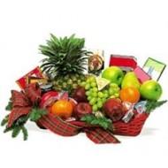 Cesta con frutas y caramelos