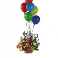 Arreglo de flores multicolor con globos