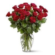 Veinte y cuatro rosas en florero