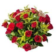 Cesta con 28 rosas