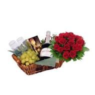 Canasta de con bouquet de rosas