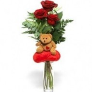 3 rosas acompañada de pequeño peluche