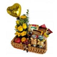 Cesta de snacks y flores en amarillo
