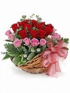 Cesta de rosas rojas y rosadas
