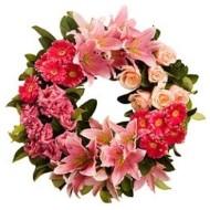 Corona con flores rosadas